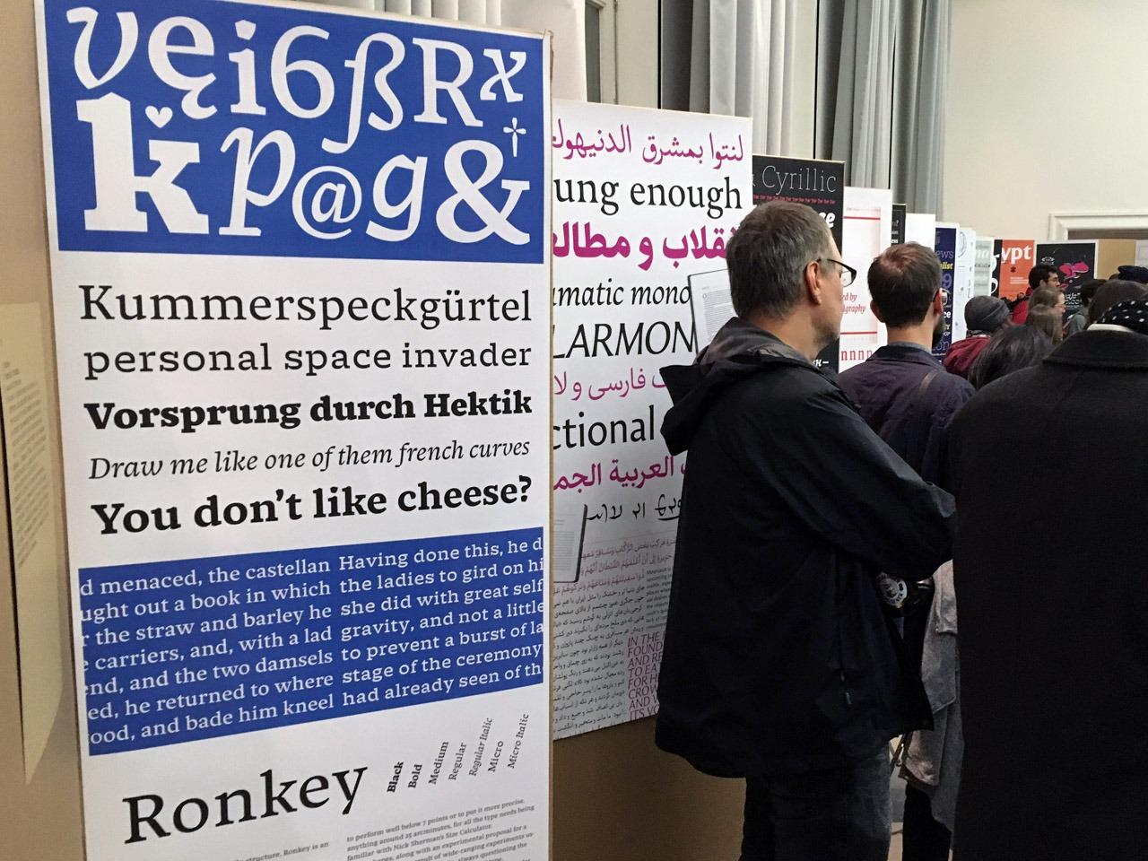 """Vorsprung durch Hektik: Schriftentwurf """"Ronkey"""" von Den-Haag-Absolvent Benedikt Bramböck, der leider nicht da sein konnte – aber die Austellung im Vorfeld und aus der Feren entscheidend mitgestaltet hat (danke dir)! (Foto Lucas de Groot)"""